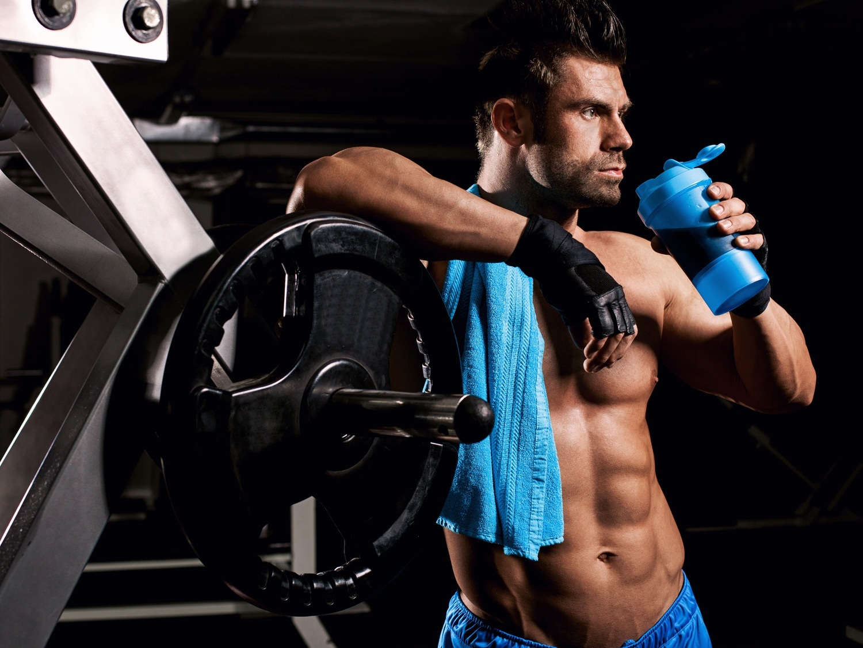 sportaš pije proteinski šejk nakon treninga sportska prehrana