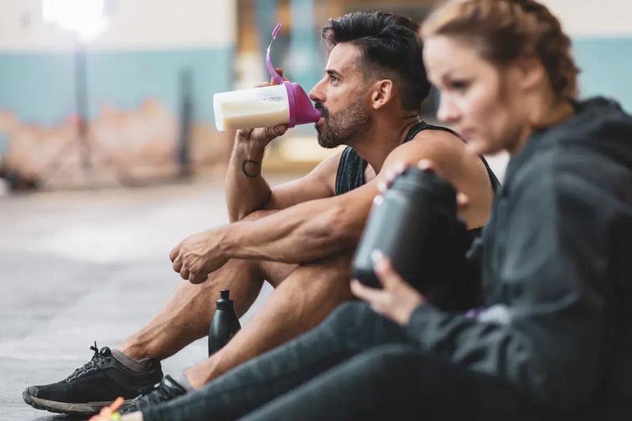 sportaši snage piju proteine nakon treninga